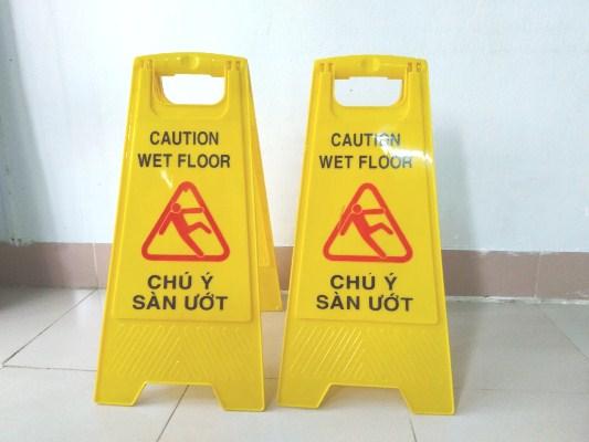 Biển cảnh báo sàn ướt chữ A