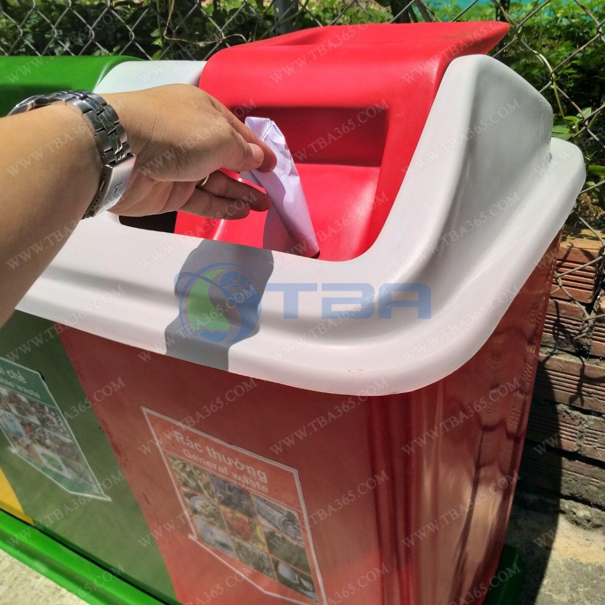 Sử dụng thùng rác thu gom COMPOITE